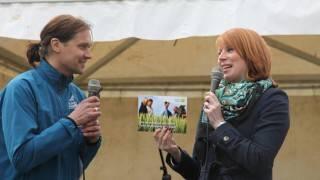 Mattias Grapenfelt berättar om medlemskap i Hushållningssällskapet och ger Annie ett ansökningsformulär. Foto: Jan-Eric Håkansson.