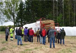 Demonstration av Reeves inplastare.  Inplastning säkerställer att röflenet inte  återfuktas under lagring.