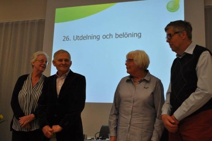 """""""Belöning för välskött trädgård"""" Fr v Ing-Marie och Magnus Nilsson och Inger och Ingemar Tykesson"""