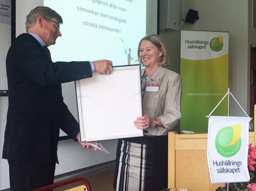 Förbundsordförande Sven Lindgren överlämnar en tavla till SLUs rektor Lisa Sennerby Forsse