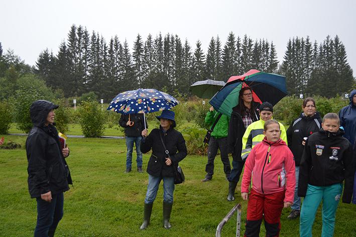 Ann-Kristin Isaksson (t.v.) höll i trädgårdsvandringen på gården.