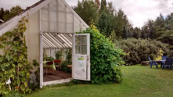 Växthuset blev ett fik och skydd för regnet.