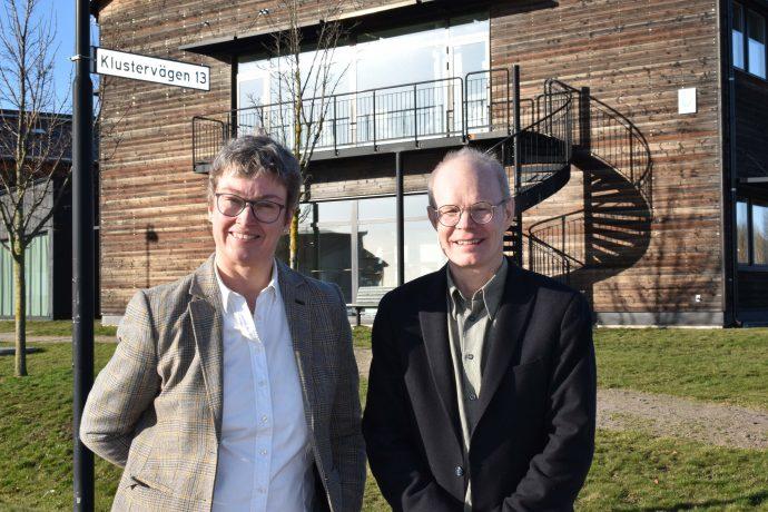Helene Oskarsson och Per Frankelius framför Vreta kluster.